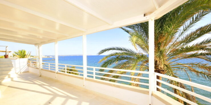 Frontline apartment for rent in Portixol